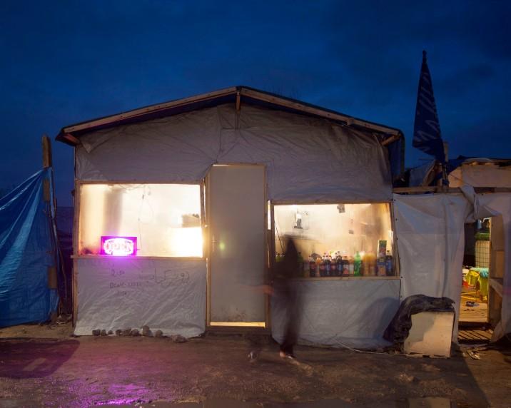 A la tombée de la nuit, l'un des magasin d'alimentation du camp de réfugiés à Calais
