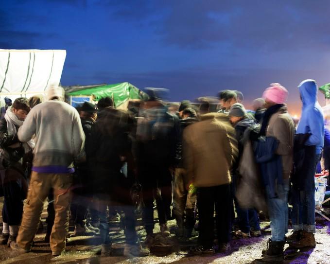 Les migrants, camp de réfugiés de Calais à la tombée de la nuit