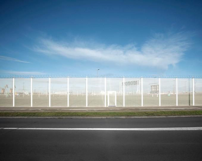 Calais, zone d'accès au ferry, derrière cette frontière, l'accès à l'angleterre, paysage quotidien des migrants qui rève de passer de l'autre côté
