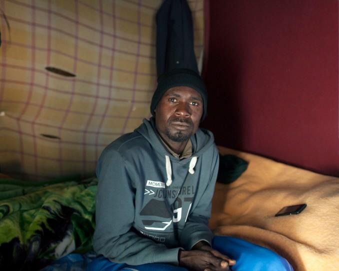 Portrait d'Abderasiz, un Soudanais de 26 ans arrivée au camp depuis 3 mois qui était l'ami de youssef, décédé à l'age de 17 ans renversé par une voiture qui a pris la fuite….