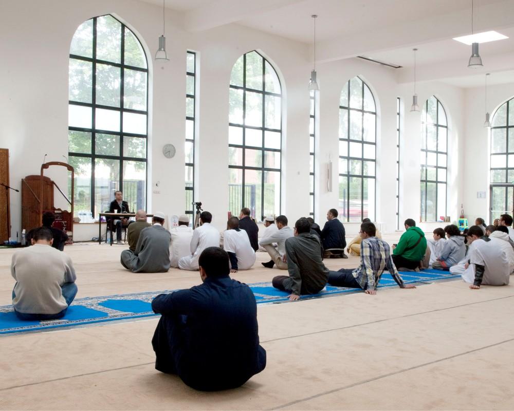 Reportage au sein de la mosquŽe de Villeneuve d'ascq dans le Nord Pas de Calais. A la veille du Ramadan, un concours de lecture du Coran est organisŽ. Vue d'ensemble de la salle de prire