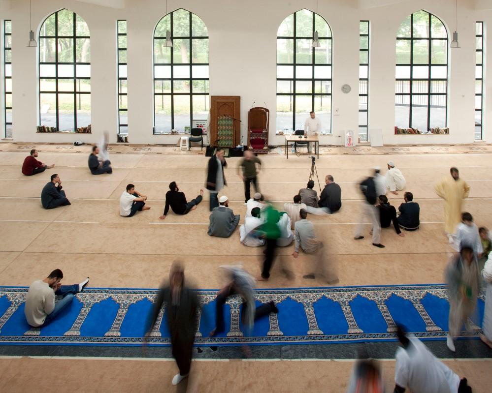 Reportage au sein de la mosquŽe de Villeneuve d'ascq dans le Nord Pas de Calais. A la veille du Ramadan, un concours de lecture du Coran est organisŽ. Ici la salle de prire