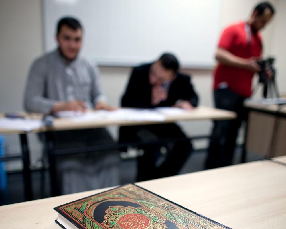 Reportage au sein de la mosquŽe de Villeneuve d'ascq dans le Nord Pas de Calais. A la veille du Ramadan, un concours de lecture du Coran est organisŽ. Ici le coran et en arrire fond, les membres du jury
