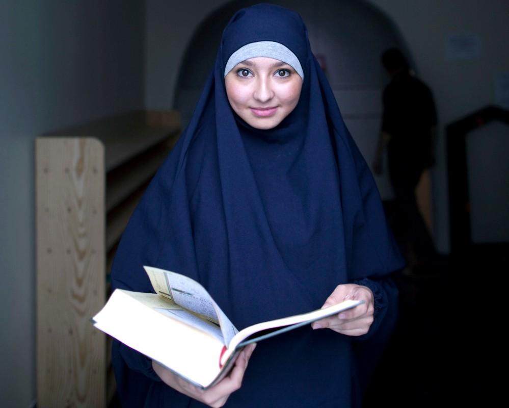 Reportage au sein de la mosquŽe de Villeneuve d'ascq dans le Nord Pas de Calais. A la veille du Ramadan, un concours de lecture du Coran est organisŽ. Ici une jeune femme qui tient le Coran avant de passer devant le jury.