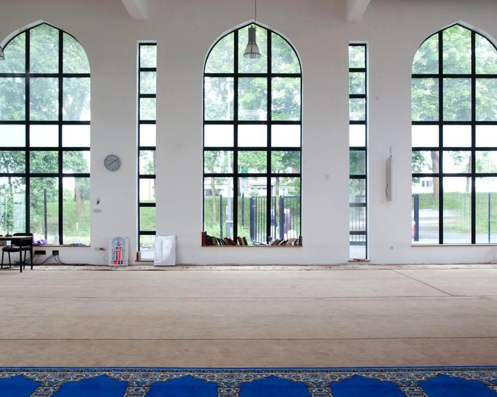 Reportage au sein de la mosquŽe de Villeneuve d'ascq dans le Nord Pas de Calais. A la veille du Ramadan, un concours de lecture du Coran est organisŽ. Ici une vue gŽnŽrale de l'intŽrieur de la salle de prire.