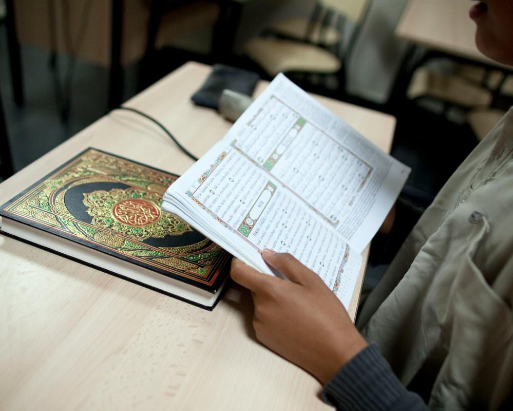 Reportage au sein de la mosquŽe de Villeneuve d'ascq dans le Nord Pas de Calais. A la veille du Ramadan, un concours de lecture du Coran est organisŽ. Ici un jeune garon face au jury de sŽlection