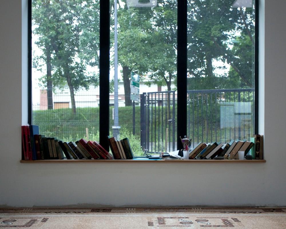 Reportage au sein de la mosquŽe de Villeneuve d'ascq dans le Nord Pas de Calais. A la veille du Ramadan, un concours de lecture du Coran est organisŽ. DŽtail de la salle de prire.