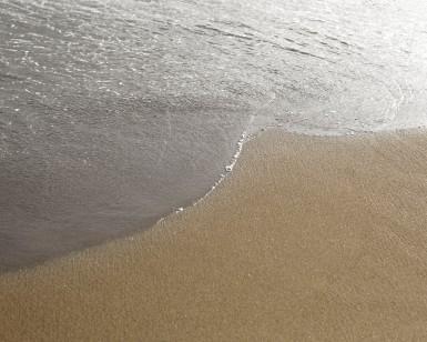 En se retirant, la mer laisse apparaitre la plage de Larmor Plage, dans le golfe du morbihan, bretagne