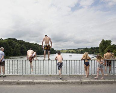 Dans le département de l Orne, dans la region Normandie, des adolescents s'amusent en plongeant du pont d un site EDF, le lac de Rabodanges, artificiellement créé en 1960. Ici, le moment juste avant le saut