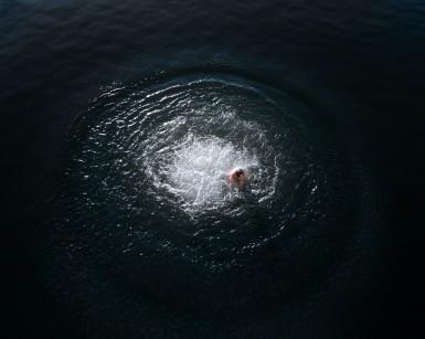 Un jeune homme remonte a la surface a la suite d un plongeon, lac du barrage EDF de Rabondanges, Normandie, France
