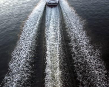 Les remous d'un bateau qui tracte un skieur, lac du barrage edf de rabodanges