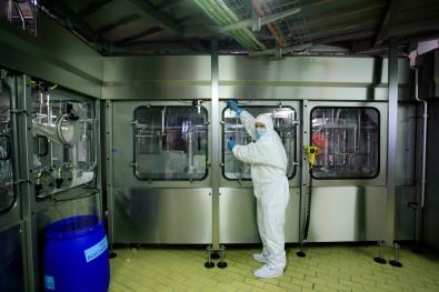 Ligne aseptique de l'usine coca cola ˆ Socx, intrevention dans la ligne avec un Žquipement reglementaire