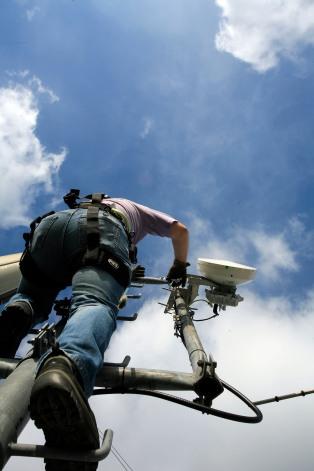Un homme vŽrifie les antennes du reseau telephonique